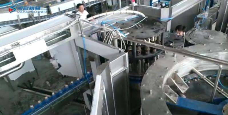 張家港市領冠機械:50頭高產量純凈水灌裝設備