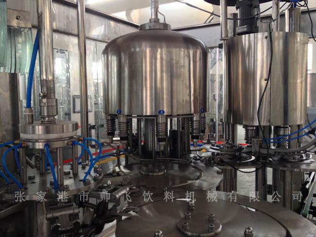 果汁饮料生产线适用于生产果汁型、果味型、干果型等饮料产品。果汁饮料生产线由水处理设备,鲜果清洗、去皮、去核、破碎、榨汁、过滤、酶解、杀菌等处理设备,调配系统,灌装、包装系统、清洗设备等组成。果汁饮料生产线设备生产能力可达每小时2000瓶~36000瓶。 果汁型饮料生产线中,利用鲜果作为原料,如苹果、水梨等,可以做成混浊或澄清汁,占饮料成分的13%左右。混浊果汁饮料生产线中,鲜果取汁灭酶后,泵入调配罐进行调配,调配好的物料过滤后需进行均质、脱气,防止物料沉淀分层,物料中存在空气会导致果汁中相应物质的氧化,果